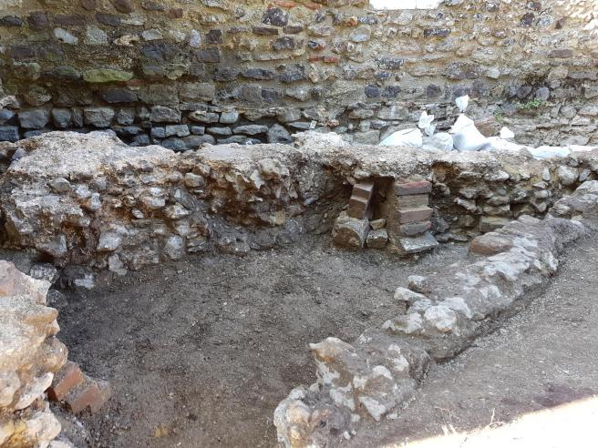 29 Jul apse proppped by bricks